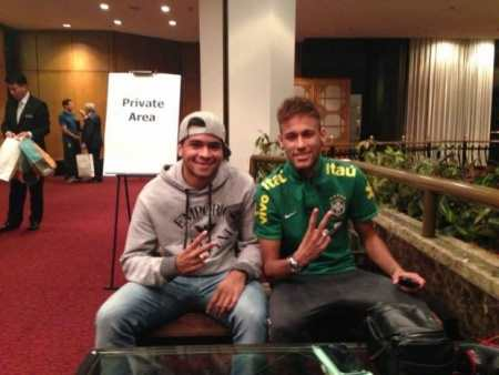 Talisson batendo um papo com Neymar (Foto: facebook)