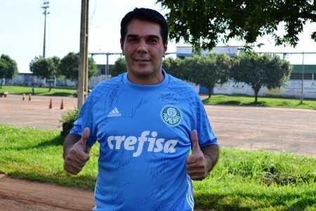Professor Jair feliz pelo presente ganhar a camisa autografada do seu time de coração (Foto: Alexandre JabÃÂÂÂÂ¡)