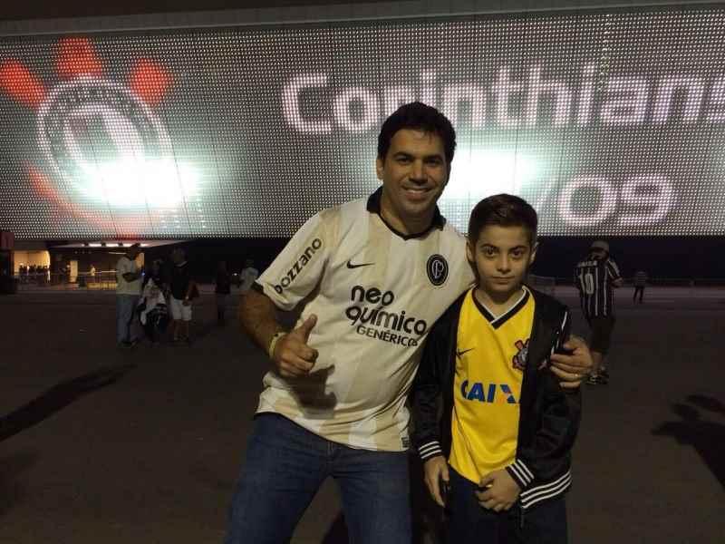 Dr. Ramiro com o filhão Rafinha enfrente a Arena Itaquera (Foto: Assessoria)